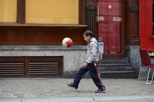Child juggling his soccer ball in Brussels